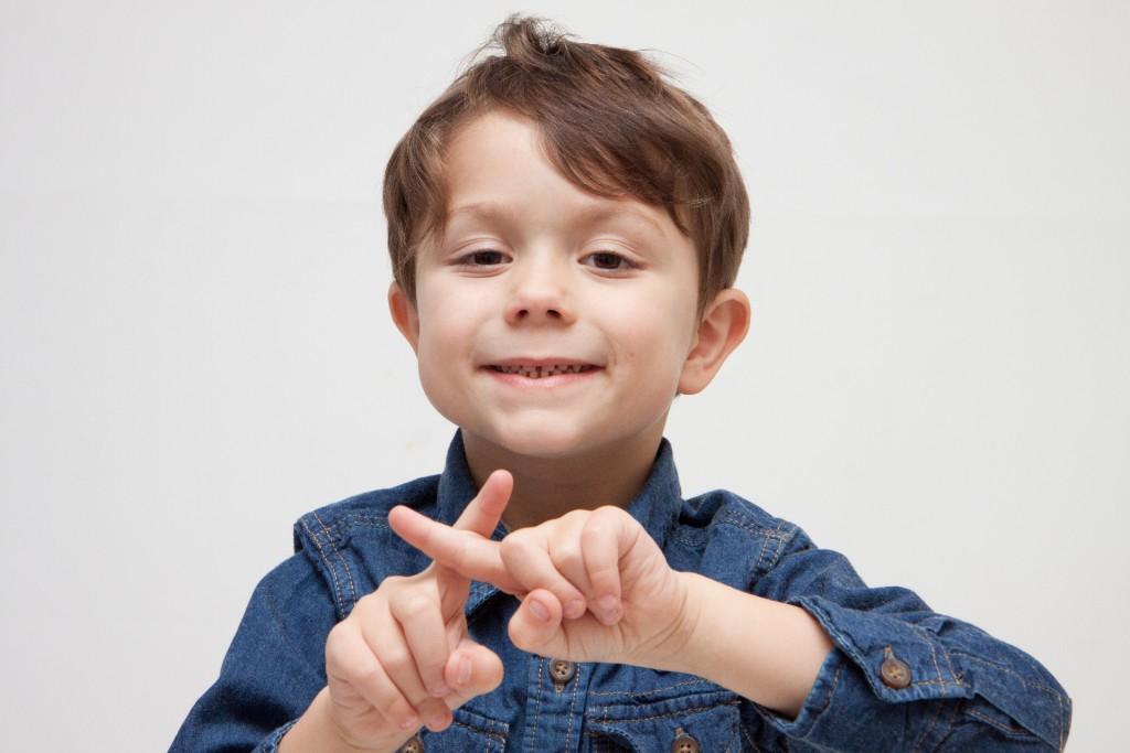 子供が指でペケ